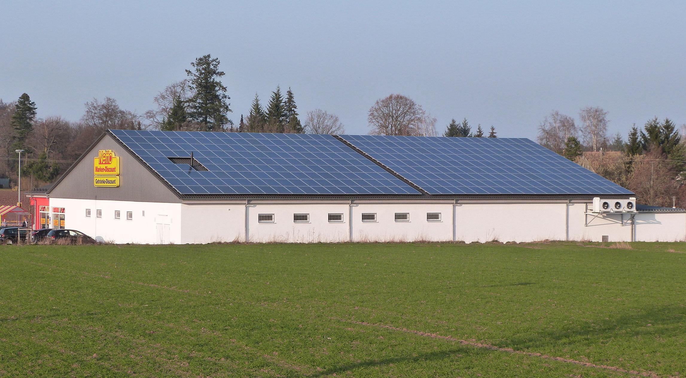 Netto-Laden mit Solarpanelen auf dem Dach