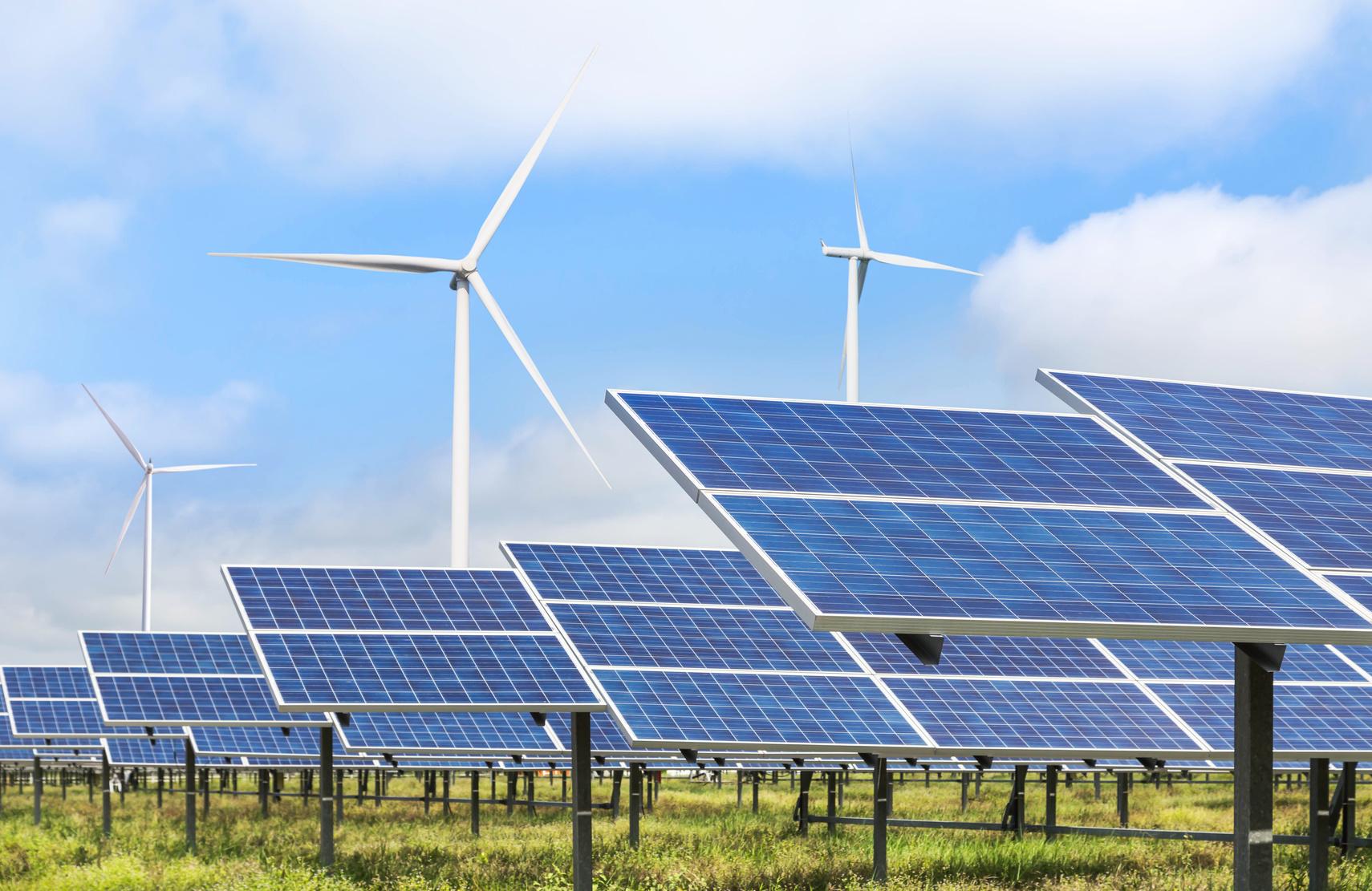 Solarpanele vor Windrädern